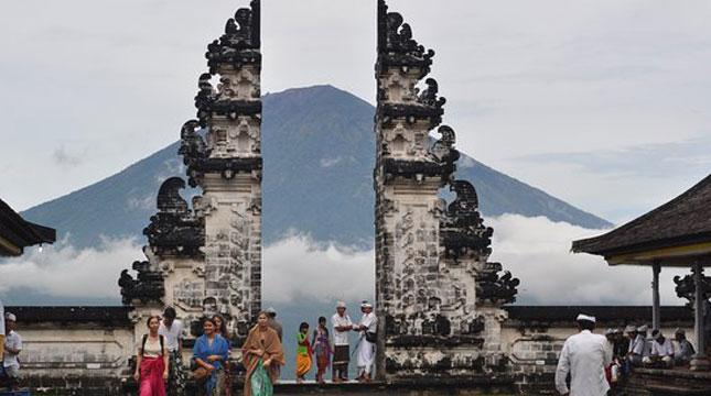 """""""Pintu Surga"""" di Pura Lempuyang"""